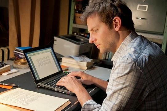 Bradley Cooper escribiendo en su laptop