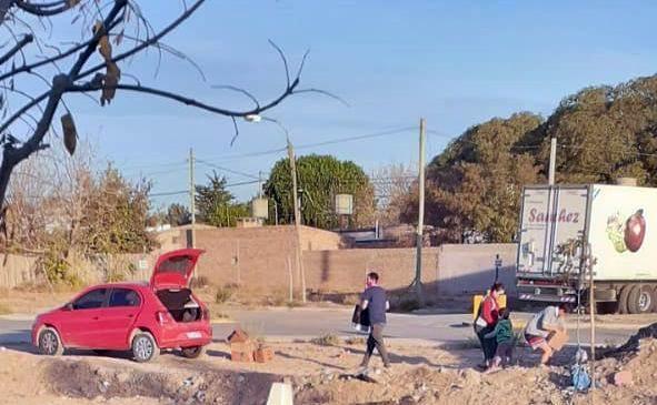 Bronca de los vecinos: Tiran basura en un paseo del barrio y ahora los escrachan en las redes