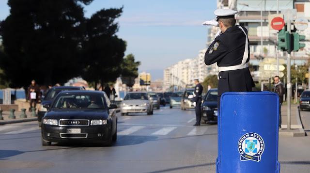 Θεσσαλονίκη  Όπως παλιά: Τροχονόμος στο βάθρο βαρέλι ρύθμισε την κυκλοφορία στον Λευκό Πύργο