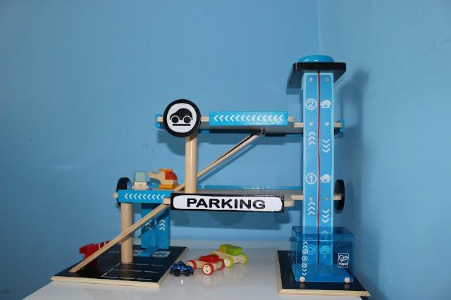 drewniany garaż Hape Toys
