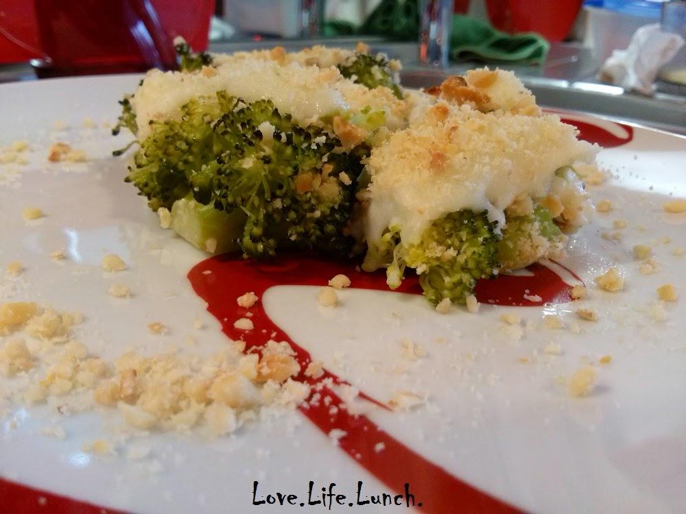 Broccolo gratinato con granella di nocciole