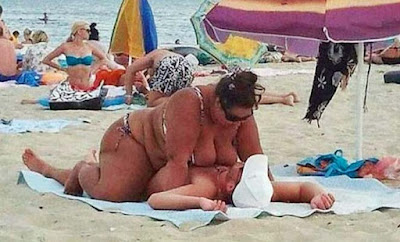 Dicke Frau quält Mann lustige am Wasser - Komische Strandbilder