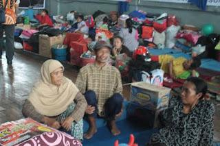 Ratusan Pengungsi Korban Longsor Sumedang Dikabarkan Mulai Terserang Penyakit - Commando
