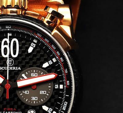 モータースポーツから宇宙事業まで幅広い分野で活躍するカーボンファイバー。高いクオリティを求められる分野で使用されるこの素材は鉄よりも固くアルミより軽いとされるハイテク素材です。  大阪 梅田 ハービスプラザ WATCH 腕時計 ウォッチ ベルト 直営 公式 CT SCUDERIA CTスクーデリア Cafe Racer カフェレーサー Triumph トライアンフ Norton ノートン フェラーリ CS20120 CS20120LE  SUMMER LIMITED 限定モデル  FIBRA DI CARBONIO フィブラ ディ カーボニオ CS10159