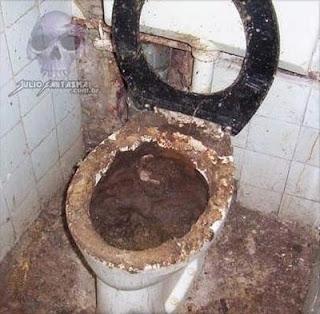 Broma pesada en baño público con inodoro y Nutella
