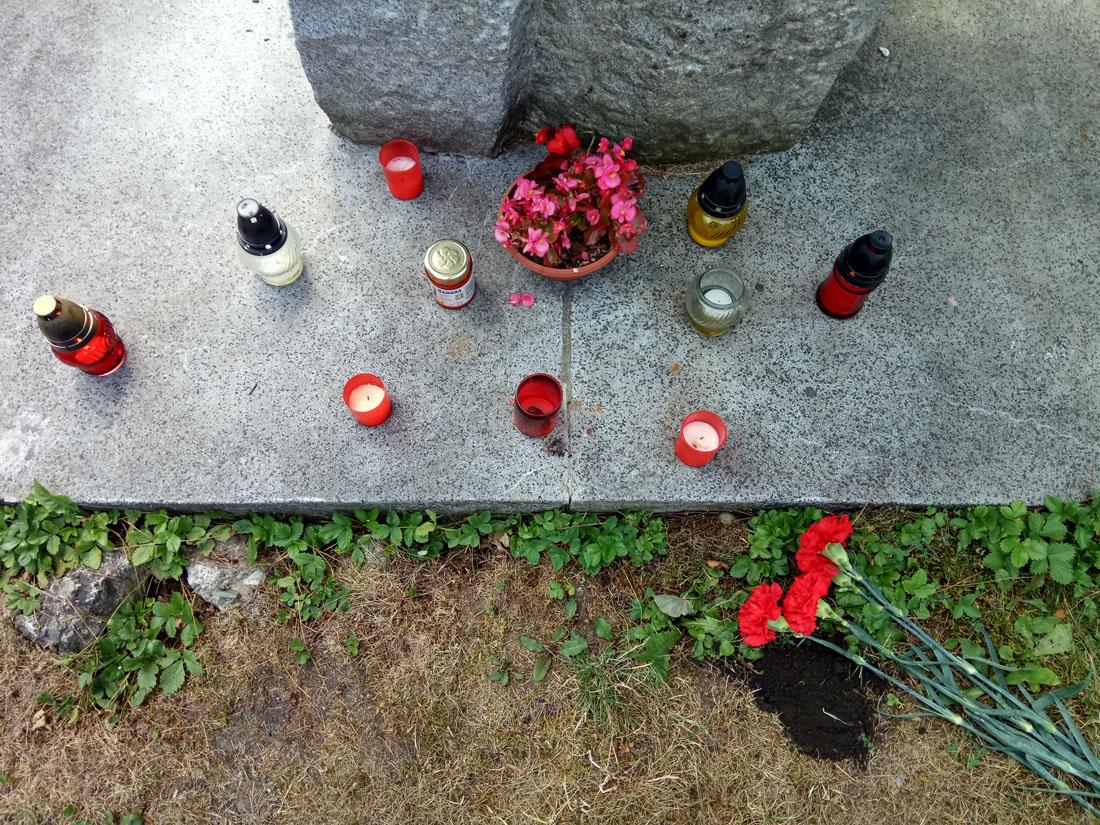 Цветы и земля у обелиска братской могилы