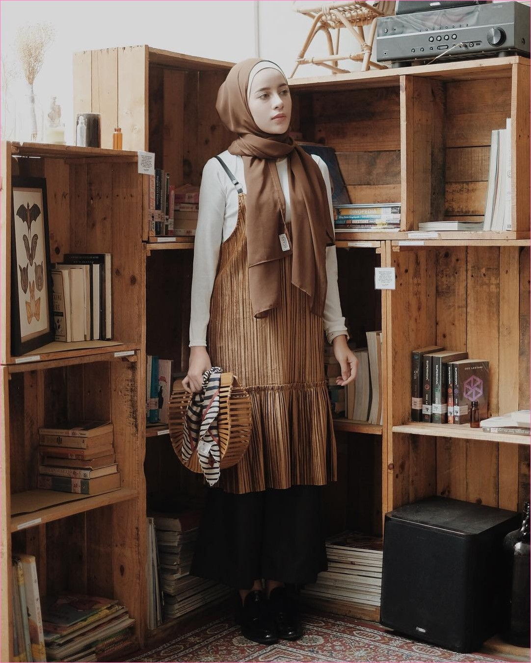 Mix And Match Outfit Baju Luaran (Inner) 2018 Ala Selebgram slip dress coklat mangset kemeja putih handbags rotan kayu scraf stripes ankle boots hitam celana cullotes pallazo abu tua hijab pashmina diamond coklat tua ciput rajut