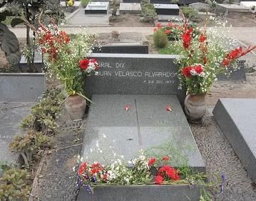 Foto de la Tumba de Juan Velasco Alvarado con flores