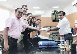 आईएमए फरीदाबाद के डॉक्टर ने केरल बाढ़ राहत के लिए चेक डी सी अतुल देवेदी को देते हुए : डॉ पुनीता हसीजा