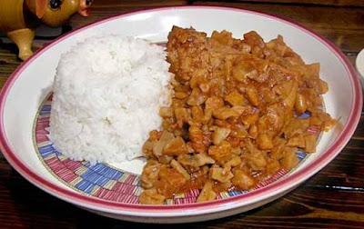Foto de un plato con carapulcra y arroz