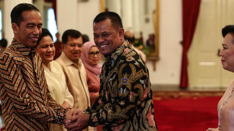 Presiden Jokowi bersalaman dengan Panglima TNI Jenderal TNI Gatot Nurmantyo di Istana Negara