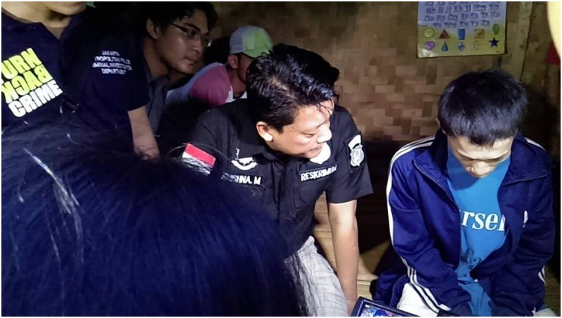 Anwar alias Rizal (kanan) saat ditangkap di gubuk di Jasinga