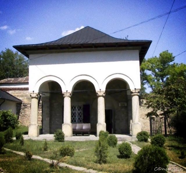 Casa cu coloane unde a locuit Ion Creangã - blog FOTO-IDEEA