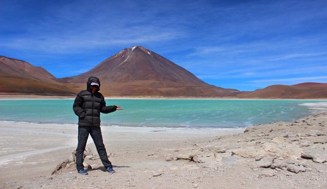 La Laguna Verde, bajo el volcán Licancabur
