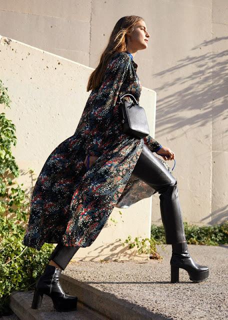 Кожаные брюки с длинным платьем с цветочным принтом