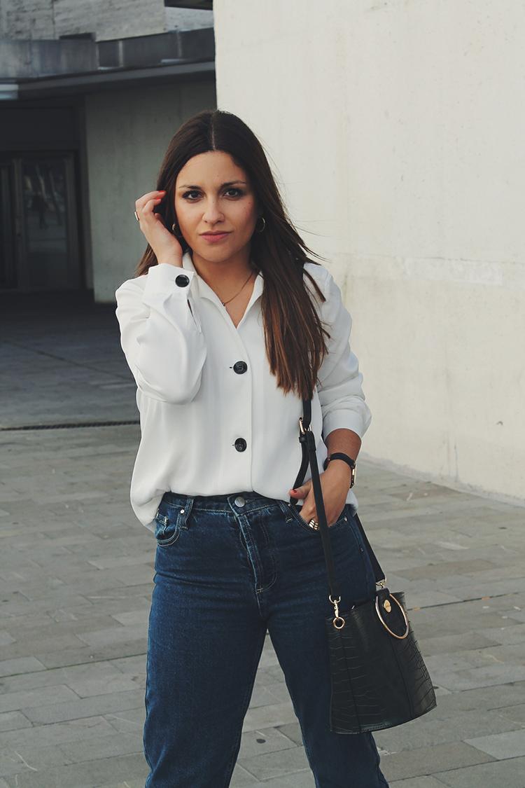 Outfit con camisa blanca  vaqueros blog de moda