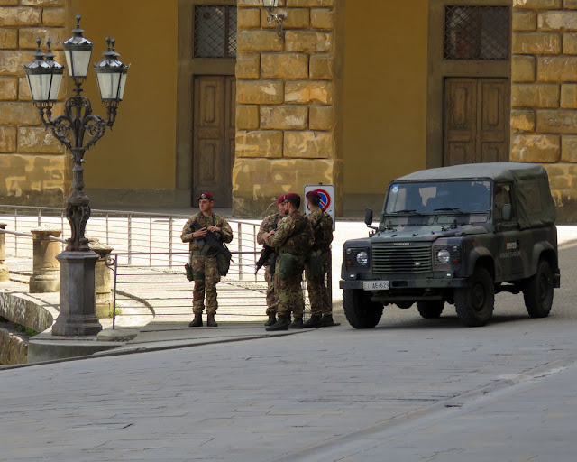 Paratroopers with assault rifles, Palazzo Pitti, Piazza de' Pitti, Florence
