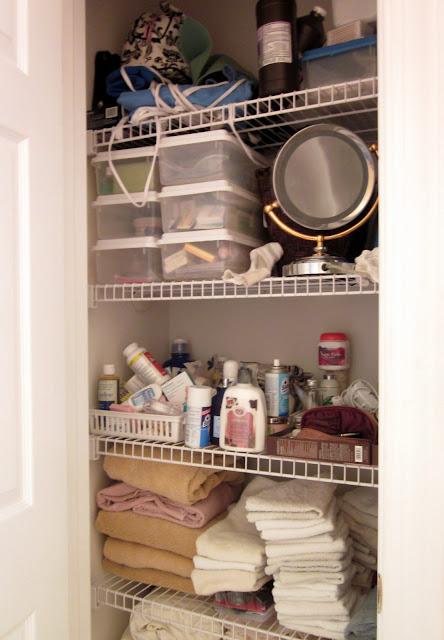 organization, organized linen closet, organize it, baskets, storage, cottage, cottage style, farmhouse, farmhouse style, diyDesignFanatic.com