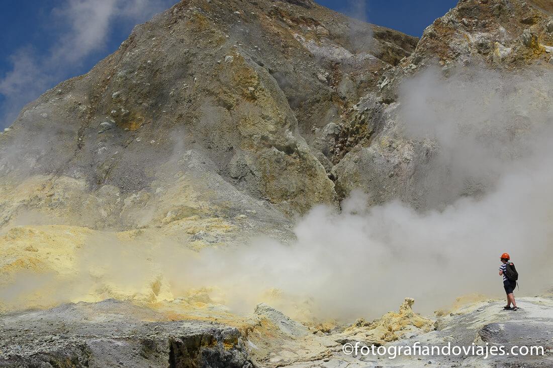fumarolas de azufre en White Island, isla Blanca o Whakaari en Nueva Zelanda