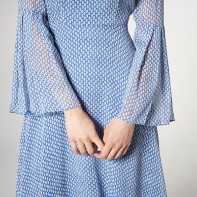 Голубое платье с принтом с длинными воланами на рукавах