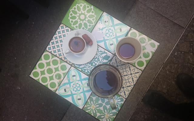 Káva v kavárně Ben Rahim v Berlíně