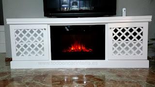 Mueble de color blanco para televisión y chimenea eléctrica.