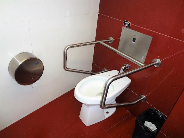 コロンビアのシッピングモールのトイレ