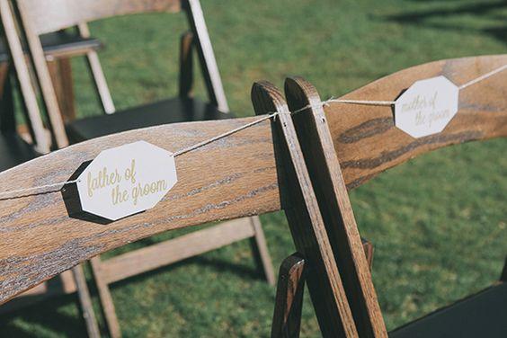 Sillas decoradas con etiquetas geométricas con un aire muy rústico chic y un toque boho