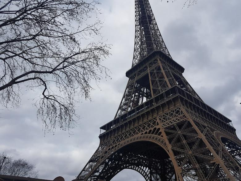 陰天的巴黎鐵塔