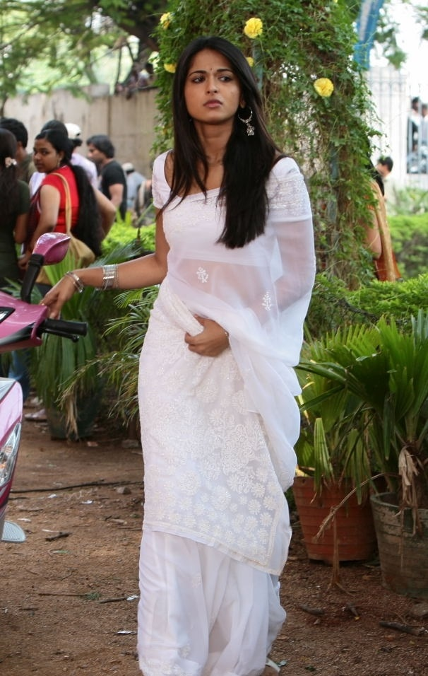Anushka Shetty Beautiful Looking Without Makeup Face In White Saree ❤