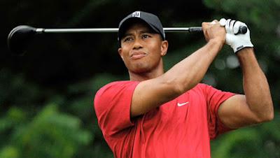 "Biografi Tiger Woods        Edrick Tont ""Tiger"" Woods Lahir 30 Desember 1975 lahir sebagai keturunan Afro-Amerika Thailand. Namanya ""Tiger"" berasal dari nama panggilan sahabat ayahnya, seorang Vietnam bernama Nguyen Phong. Sang ayah, Earl Woods adalah seorang prajurit pada Perang Vietnam, anggota Beret Hijau. Ibunya, Kultida, berasal dari Thailand. Woods tumbuh di Orange County, California. Dia seorang anak yang berbakat, ia sudah diperkenalkan pada dunia golf sejak umurnya masih 2 tahun. ia diperkenalkan oleh kakeknya yang juga merupakan seorang pegolf amatir. Pada masa kuliah Woods sempat diincar oleh beberapa universitas karena kepiawaiannya bermain golf, dan pada akhirnya ia memilih Stanford University.  Dia meninggalkan kuliah setelah dua tahun dan menjadi pegolf profesional. Woods memulai karir profesional pada tahun 1996. Woods menjadi pegolf profesional pada Agustus 1996, kemudian ia menandatangani kesepakatan dengan Nike, Inc dan Titleist yang merupakan sebagai dukungan kontrak paling mengungtungkan dalam sejarah golf saat itu. Pada April 1997 ia memenangkan kejuaraan pertamanya pada Masters Tournament 1997. Dia menjuarai Turnamen Masters tahun 1997 pada usia 21 tahun dan 3 bulan, menjadi juara termuda dalam sejarah. Dia juga memenangi empat gelar Major berturut-turut dimulai dari US Open 2000 hingga Masters 2001; peristiwa ini"