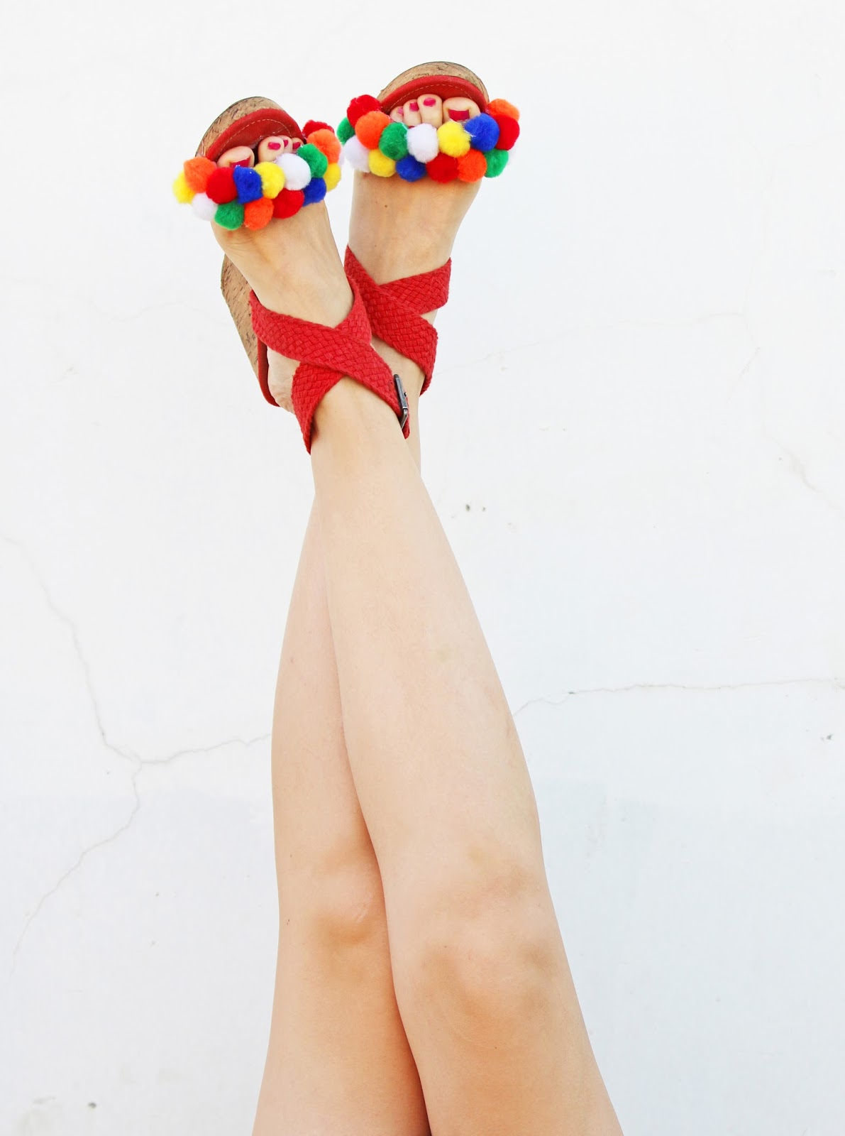 Cute DIY Pompom Sandals. Click through for full tutorial