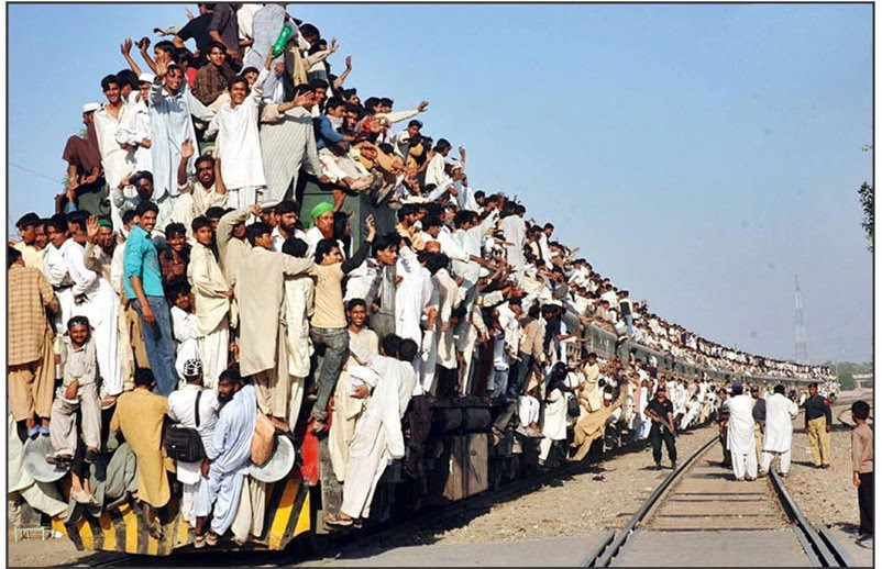 funny crowded train pakistan pakistani travel que looks road
