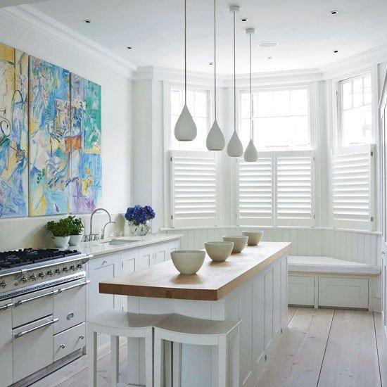 Białe okiennice wewnętrzne w kuchni