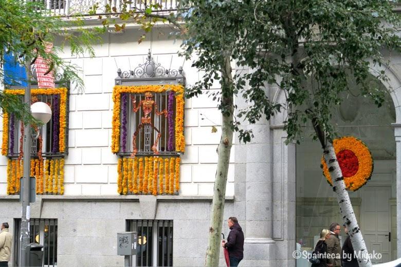 死者の日のために窓枠に飾られた骸骨