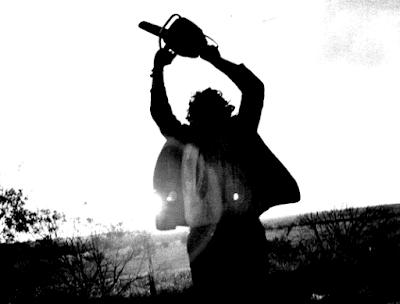 Fotoritocco a partire da un'immagine su un articolo riguardante Ed Gein - The Texas Chainsaw Massacre. Clicca qui per leggerlo.
