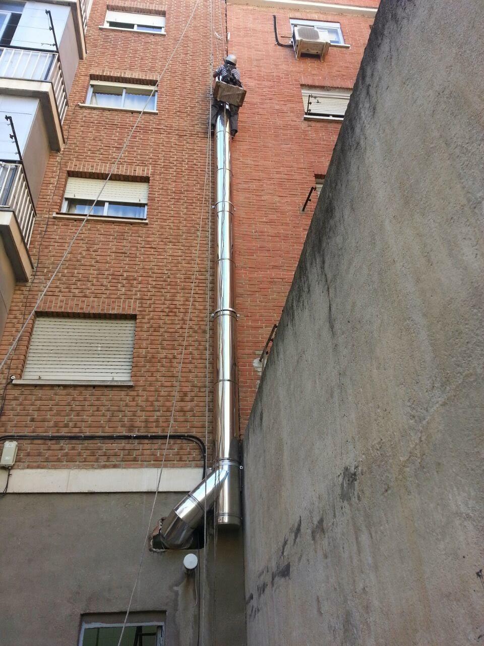 foto trabajos montaje tubos chimenea fachada