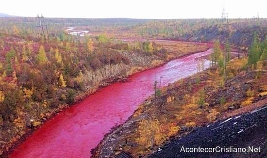 Río de color rojo sangre en Rusia