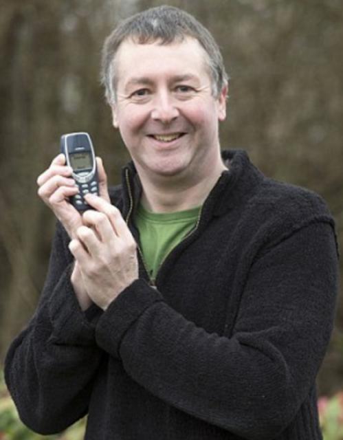 Veterano sigue usando el mismo celular después de 20 años: un Nokia