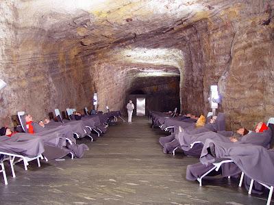 Спелеотерапия: подземные лечебницы  в соляных, сильвинитовых и карстовых пещерах, радоновых штольнях.Общественный медицинский центр в Бад-Блайберге, Австрия