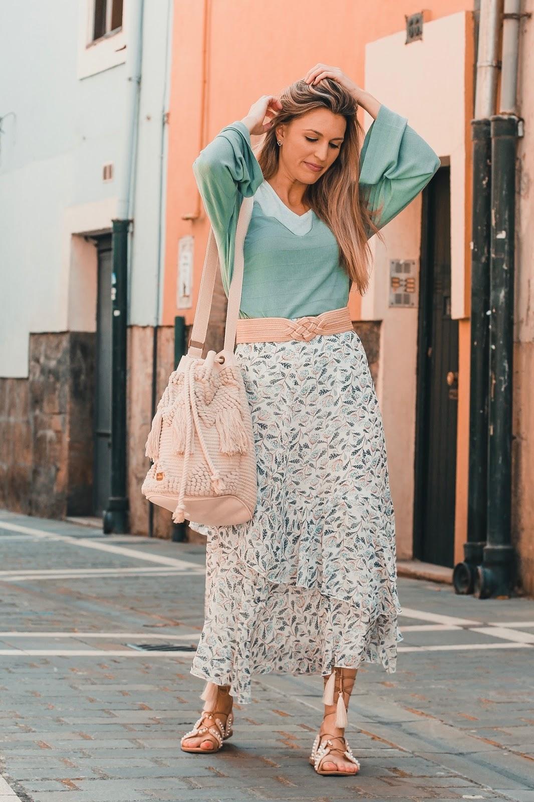 look con falda larga de flores