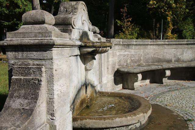 Brahms-Denkmal mit Brunnen und Sitzgelegenheit im Meininger Englischen Garten