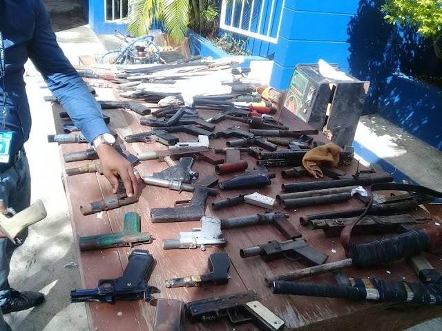 Policía y fiscalía decomisan armas de fabricación cacera y otros objetos.