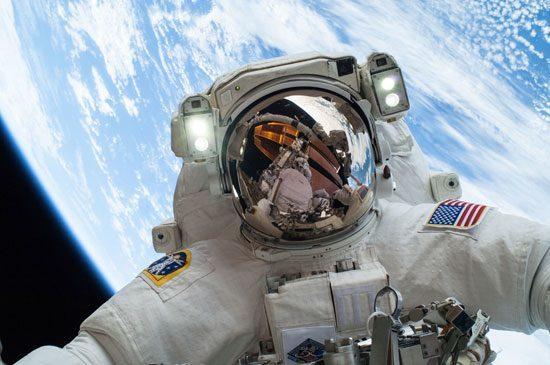 صور رائد فضاء