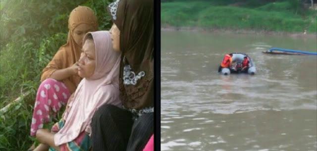 Ibu korban terduduk lemas melihat pencarian Rio pelajar SMP Muhammadiyah Kisaran yang hanyut di sungai Silau Asahan.