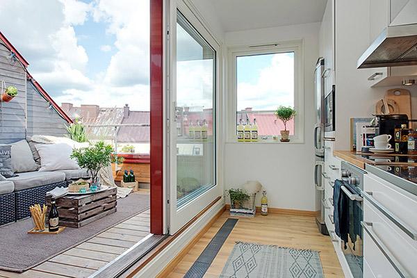 décoration style scandinave cuisine blanche baie vitrée sur terrasse