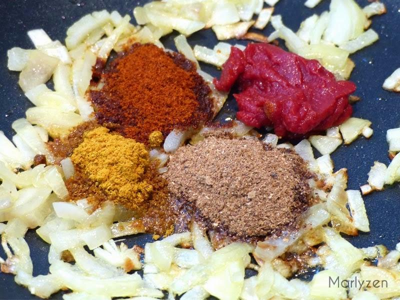 Ajoutez les épices et le concentré de tomates.