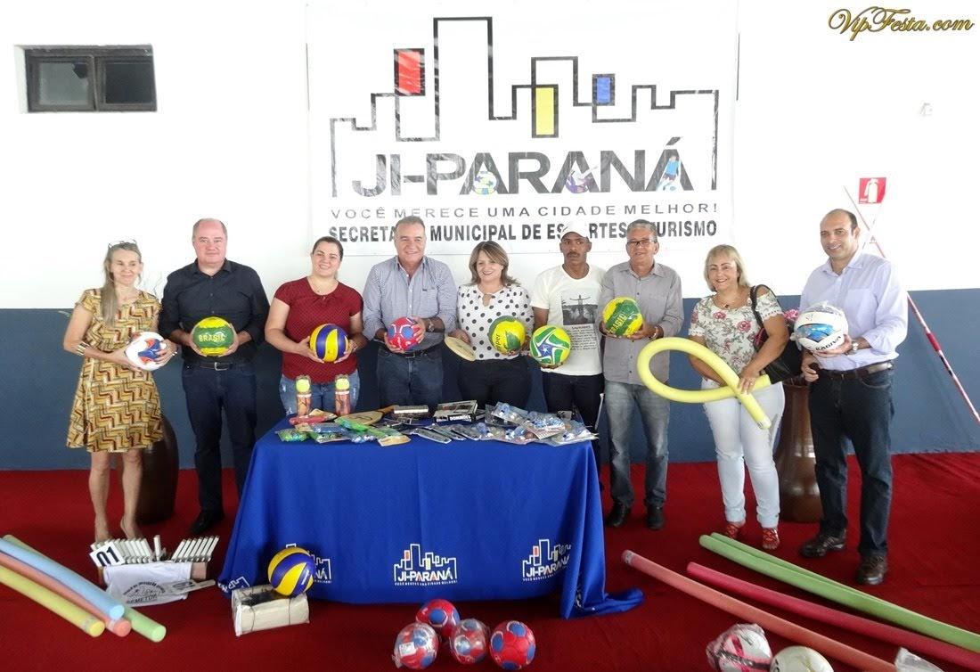02c3bceafeeda A prefeitura de Ji-Paraná realizou hoje a entrega de materiais esportivos  para as Escolinhas de Iniciação Esportiva que são mantidas pela Secretaria  ...