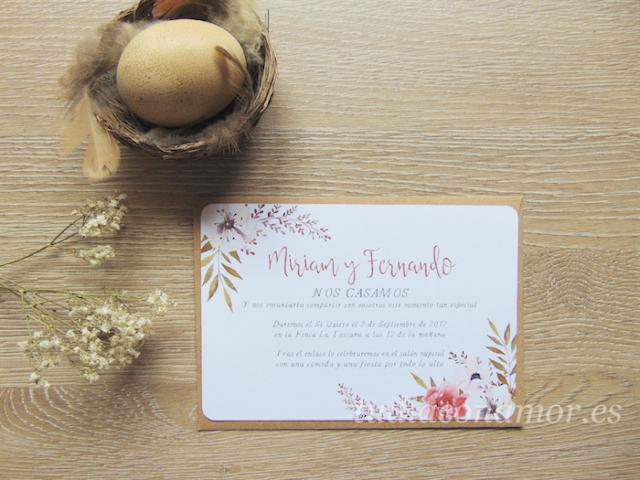 Una invitación de boda estilo postal en acuarela con detalles florales