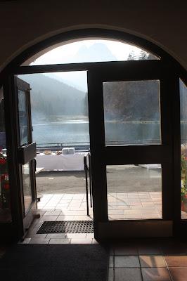 Seehaus. Romantische Herbsthochzeit in den Bergen von Garmisch-Partenkirchen, Vintage-Style, heiraten im Hochzeitshotel Riessersee Hotel; wedding destination abroad Bavaria, Fall mountain wedding